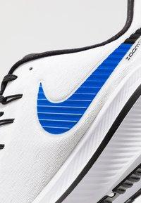Nike Performance - AIR ZOOM VOMERO 14 - Juoksukenkä/neutraalit - white/racer blue/platinum tint/black - 5