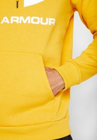 Under Armour - RIVAL SPORTSTYLE LOGO HOODIE - Hættetrøjer - golden yellow/white - 3