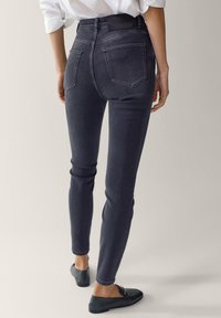 Massimo Dutti - HOHEM BUND - Jeans Skinny - grey - 2