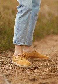 JUTELAUNE - CLASSIC - Volnočasové šněrovací boty - brown - 5