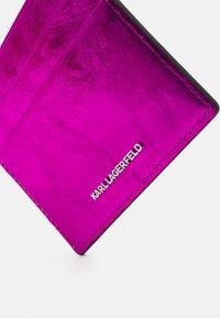 KARL LAGERFELD - IKONIK 3D PIN CARD HOLDER - Pouzdro na vizitky - pink - 2