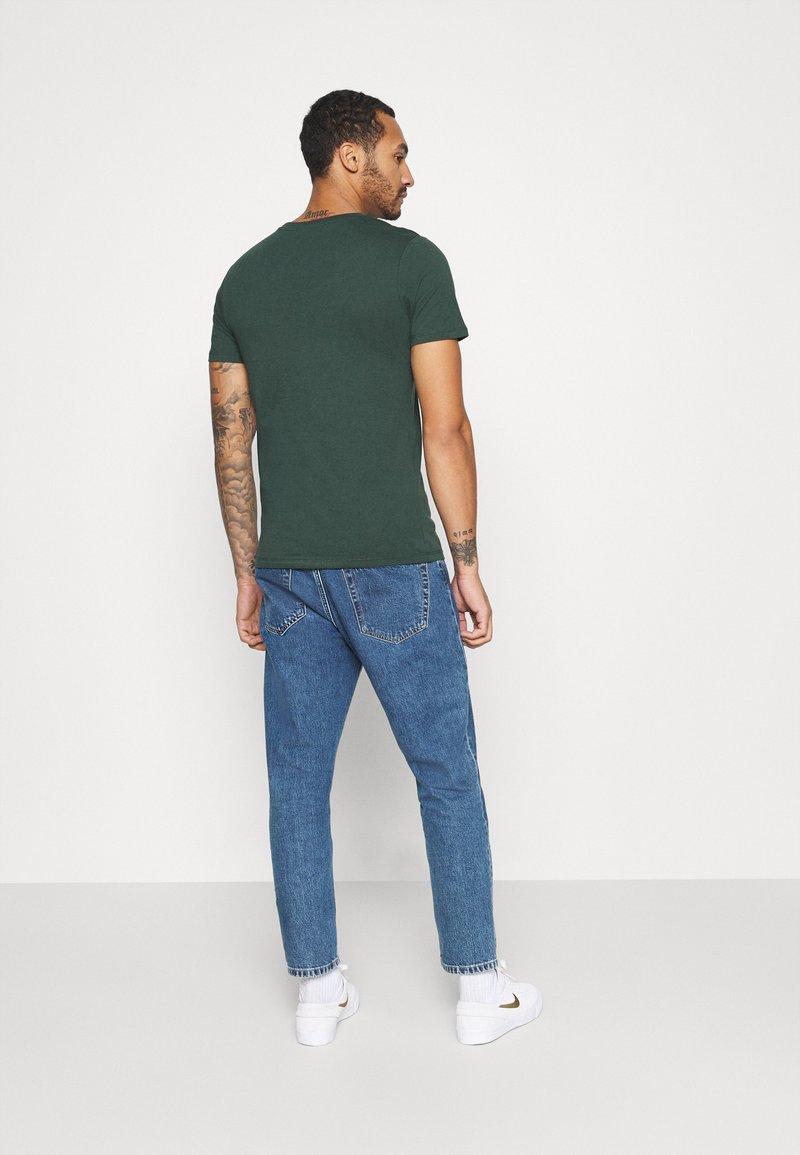 Jack & Jones JCOBOOSTER TEE CREW NECK - T-Shirt print - darkest spruce/grün q7TUEI