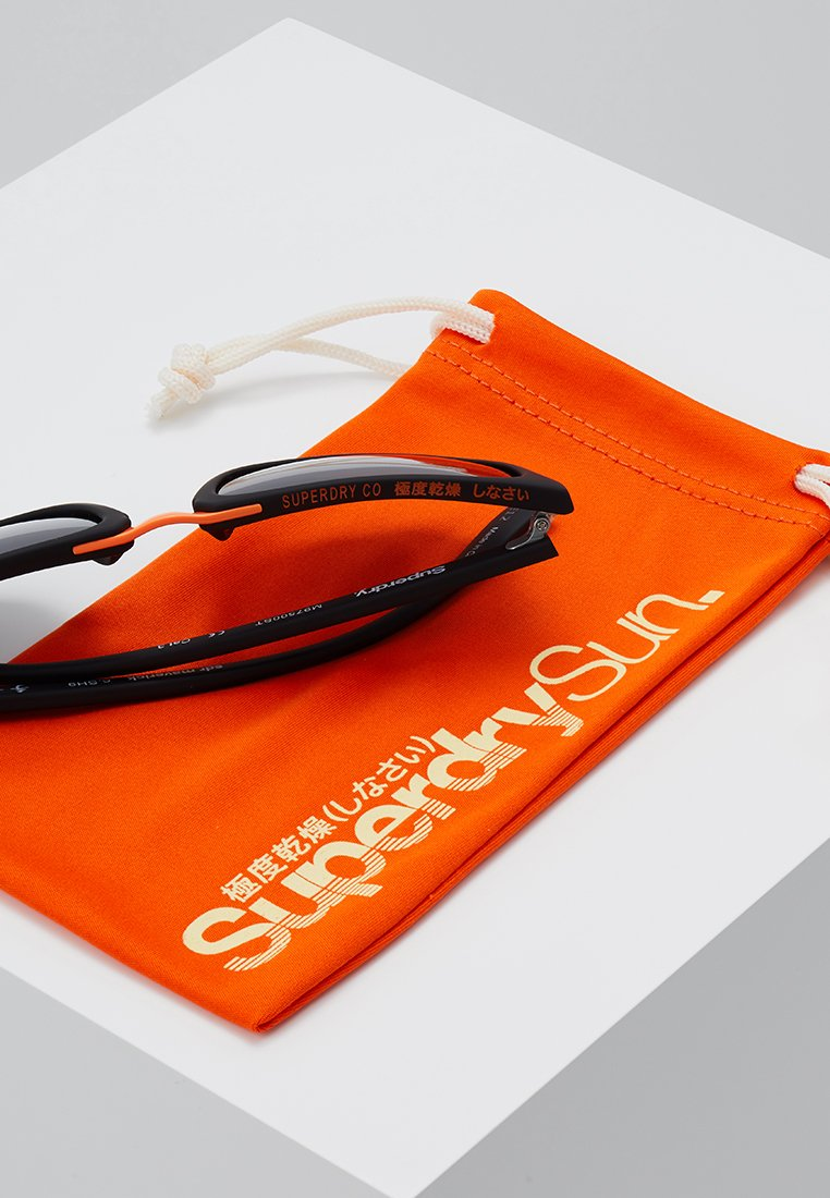 Superdry MAVERICK - Sonnenbrille - rubberished matte black/smoke/schwarz - Herrenaccessoires NyO0A