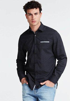 GUESS DOBBY-HEMD - Shirt - mehrfarbig, grundton blau