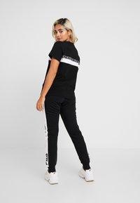 Fila Petite - SHINAKO TEE - T-shirt med print - black/bright white - 2