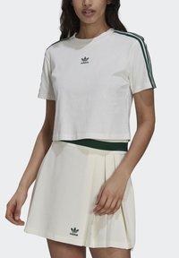 adidas Originals - TENNIS LUXE CROPPED ORIGINALS CROP - Print T-shirt - white - 2