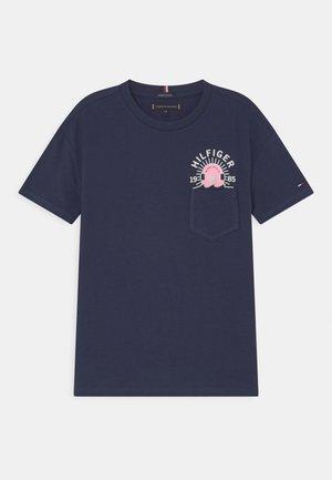 FUN ARTWORK POCKET - Print T-shirt - twilight navy