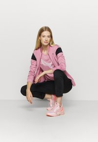 Puma - EVOSTRIPE TEE - T-Shirt print - foxglove - 1