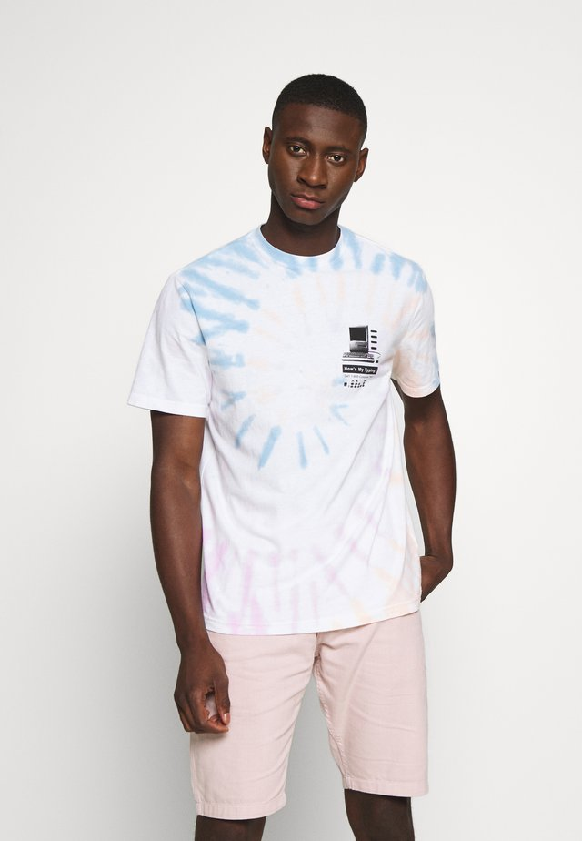 SET IN TIE DYE TEE - T-shirts med print - blurry blue