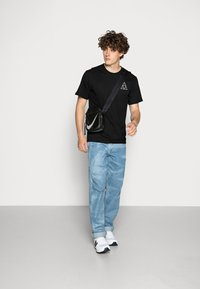 HUF - ESSENTIALS TEE - Print T-shirt - black - 1
