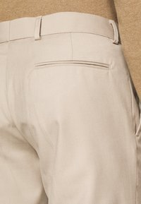 Isaac Dewhirst - PLAIN LIGHT SUIT - Completo - light brown - 9