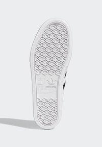 adidas Originals - DELPALA SHOES - Baskets basses - white - 5