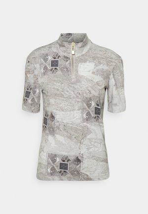 HALF ZIP TEE - Print T-shirt - bleach diamond