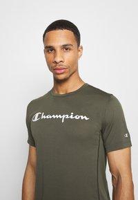 Champion - LEGACY TRAINING CREWNECK - Triko spotiskem - khaki - 3
