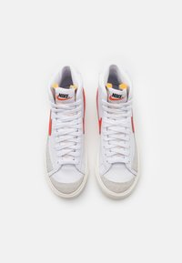 Nike Sportswear - BLAZER MID '77 - Sneakers hoog - white/habanero red/sail - 4