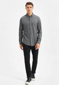 WE Fashion - SLIM FIT - Camicia - black - 1