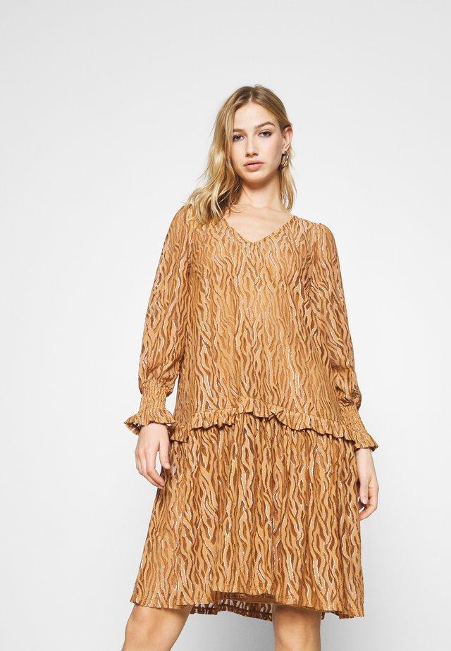 YASSONA DRESS - Korte jurk - brown sugar