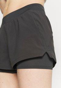 Under Armour - CHILL RUN 2N1 SHORT - Pantalón corto de deporte - jet gray - 4