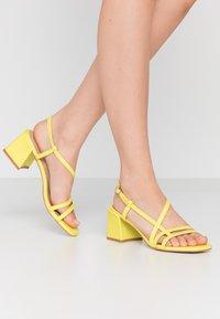 Tata Italia - Sandaalit nilkkaremmillä - yellow - 0