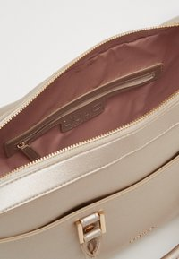 LIU JO - BRIEFCASE - Borsa a mano - light gold - 3