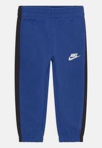 Nike Sportswear - OVERSIZED FUTURA CREW SET - Chándal - game royal/black/white - 2