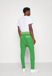 Schott - PAUL MODE - Tracksuit bottoms - bresil green/yellow - 2