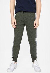 WE Fashion - WE FASHION JONGENS JOGGINGBROEK MET TAPEDETAIL - Pantalones deportivos - army green - 1