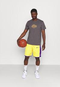 Nike Performance - NBA LA LAKERS SHORT - Squadra - amarillo/field purple/white - 1