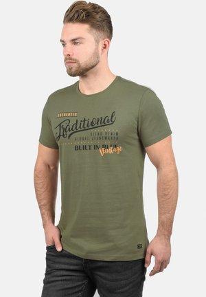 RUNDHALSSHIRT DOPPLER - T-shirt print - dusty olive