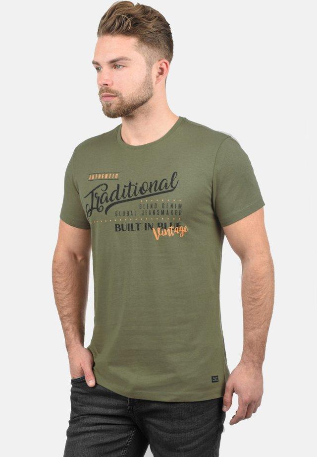 RUNDHALSSHIRT DOPPLER - T-shirt con stampa - dusty olive