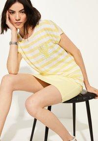 comma casual identity - KURZARM - Print T-shirt - light yellow stripes - 1