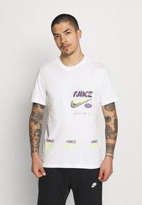 Nike Sportswear - TEE MULTIBRAND  - T-shirt con stampa - white - 0