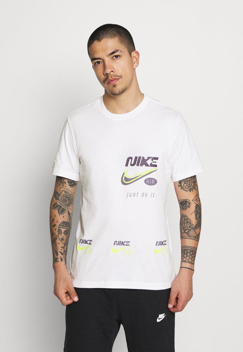 Nike Sportswear - TEE MULTIBRAND  - T-shirt con stampa - white