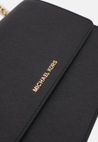 MICHAEL Michael Kors - DANIELA GUSSET CROSSBODY - Torba na ramię - black - 4