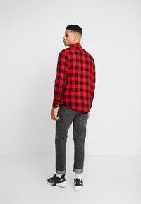 Urban Classics - CHECKED - Shirt - black/red - 2