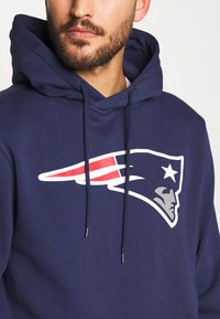 Fanatics - NFL NEW ENGLAND PATRIOTS ICONIC PRIMARY LOGO GRAPHIC HOOD - Bluza z kapturem - navy - 4