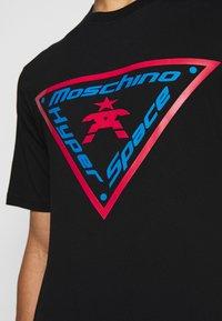 MOSCHINO - T-shirts med print - fantasy black - 7