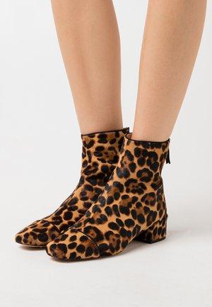 MINIMAL LEONA BOOT - Classic ankle boots - rich mahogany