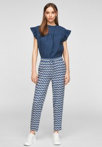 s.Oliver - BROEKEN - Trousers - faded blue zic zac stripes - 1