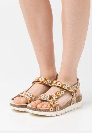 SALLY GARDEN CHAROL - Sandály na platformě - light brown