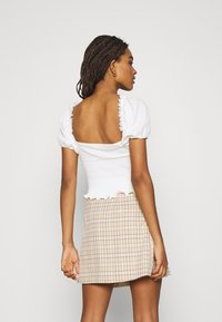 Glamorous - SMOCKED CROP WITH PUFF SHORT SLEEVES - Print T-shirt - off white - 2