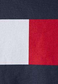 Tommy Jeans Plus - BOX FLAG TEE - Triko spotiskem - twilight navy - 2