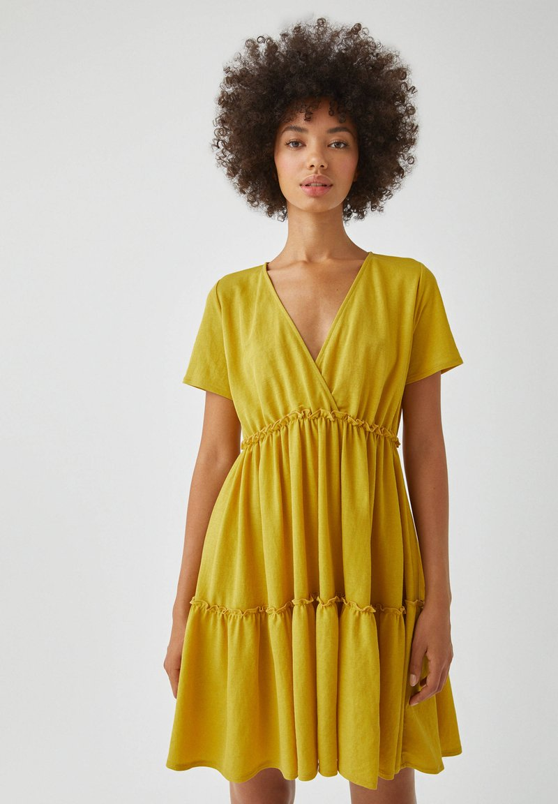 PULL&BEAR - WICKELOPTIK MIT RAFFUNGEN - Sukienka letnia - yellow