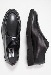 Society - BARLOW APRON DERBY - Šněrovací boty - black waxy - 1