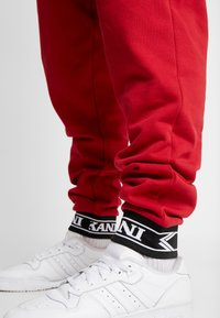 Karl Kani - RETRO TRACKPANTS - Pantalon de survêtement - red - 3