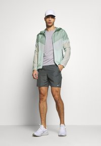 Nike Performance - RUN SHORT - kurze Sporthose - iron grey/reflective silver - 1