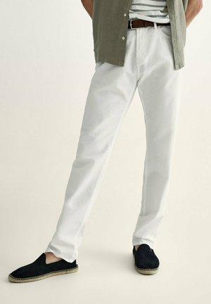 MIT KONTRASTEN  - Slim fit jeans - white