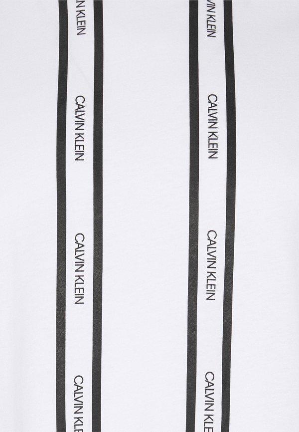 Calvin Klein VERTICAL LOGO STRIPE - T-shirt z nadrukiem - bright white/biały Odzież Męska WLUX