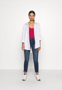 Wallis Petite - MIDWASH SCARLET - Straight leg jeans - blue - 1