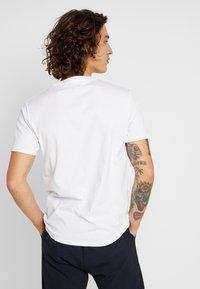 Levi's® - HOUSEMARK GRAPHIC TEE - T-shirts print - white - 2